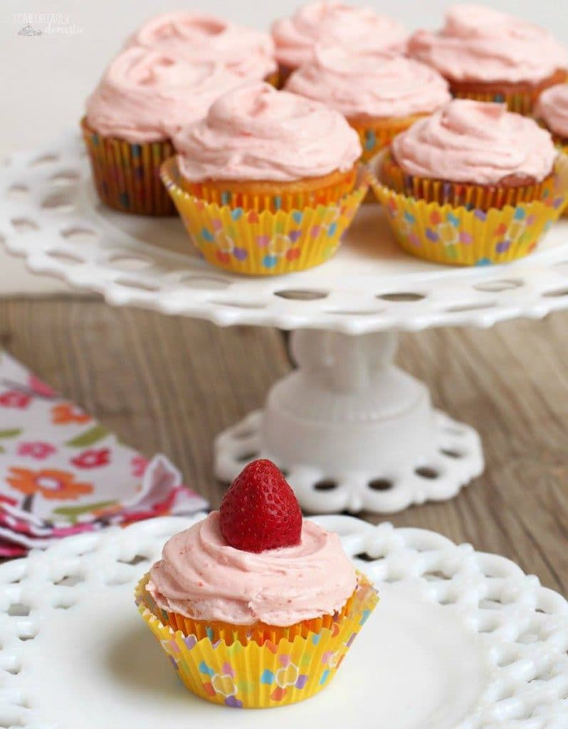 STRAWBERRY LEMONADE CUPCAKES WITH FRESH STRAWBERRY BUTTERCREAM | COMFORTABLY DOMESTIC